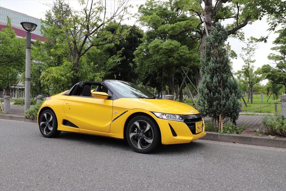 小さく可愛らしい姿だが、スポーツカーらしい力強さを感じさせる。軽自動車なのでとてもコンパクト
