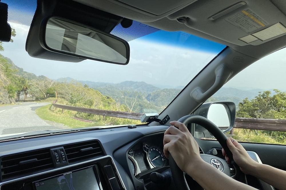 登山自動車道を使うには1,000円(税込み)の通行料が必要。麓から山頂に繋がるロープウェイ相当の高さを登れる