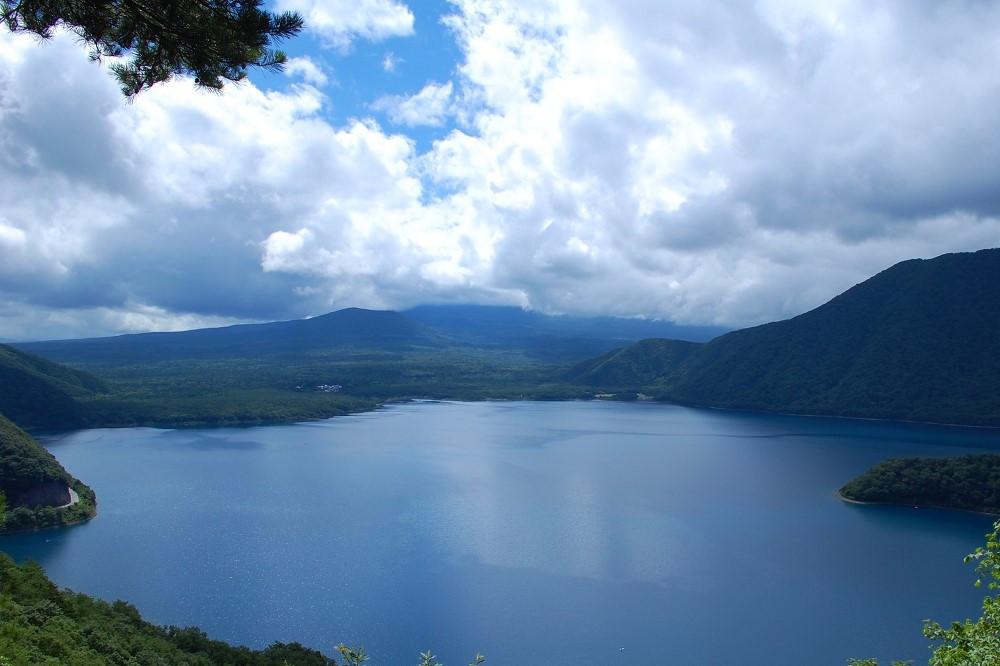 「湖畔の春」のような写真は撮れなかったものの、美しい本栖湖を撮影できたので満足