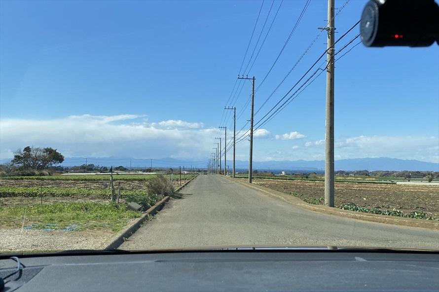 開けた田畑の中をのんびりとドライブ。海沿いのドライブとは違った魅力がある