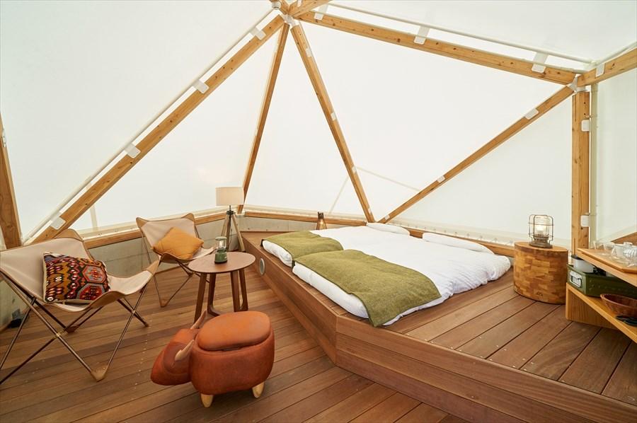 大型のテントキャビン。寝具はシュラフではなく快適な寝心地の布団を使用する(画像提供:リソルの森)