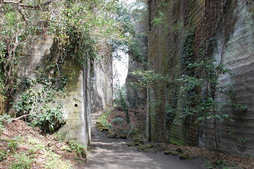「百尺観音」へと続く小径は、巨大な石を切り出して作られたもの