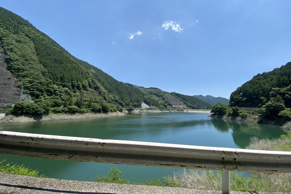 有間ダムの上は通行できるよう開放されている