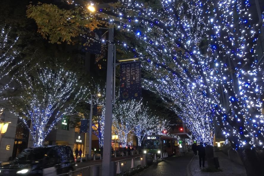 六本木けやき坂通りの街路樹に施される「六本木ヒルズ クリスマス 2019 けやき坂 イルミネーション」。今年のテーマは「SNOW & BLUE」