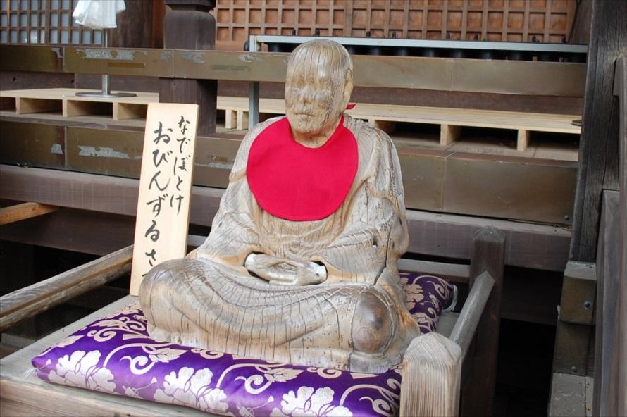 元三大師堂の前に置かれている「おびんずるさま」。撫でると除病の御利益がある(病状が回復する)とされている