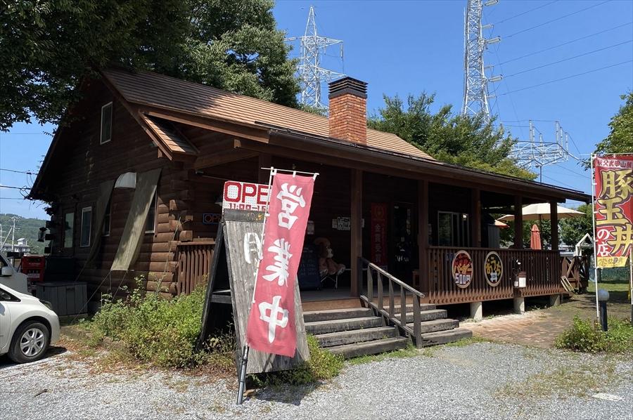 「たぬ金亭」は国道140号沿いにある。ログハウスの店舗になっていて見つけやすい