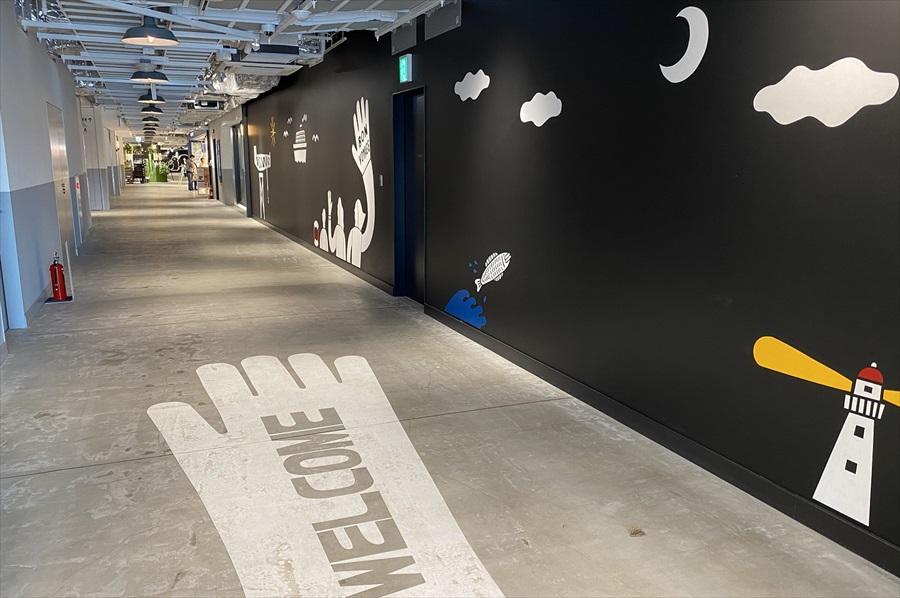 壁や床には船や港をイメージしたポップなイラストが描かれている