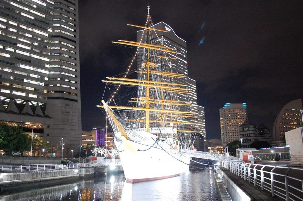 ライトアップにより、まばゆいほどに輝く帆船日本丸