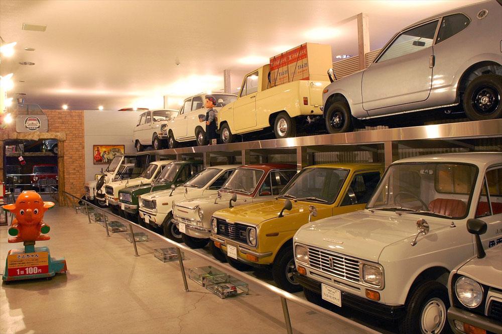 戦後から高度成長期にかけて活躍した24台の軽自動車がずらりと並ぶ