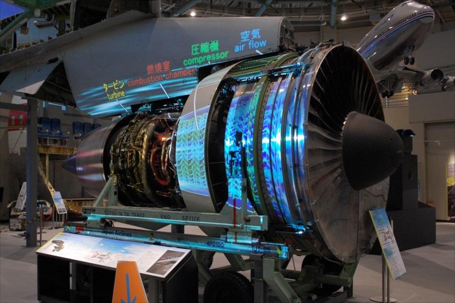 ジェットエンジンはプロジェクションマッピングにより、まるで動いているかのように演出され、内部の仕組みや推進力を生み出す原理を教えてくれる