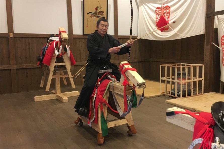 体験で使用する木馬も、実際の「小笠原流弓馬術」の指導で使われているもの