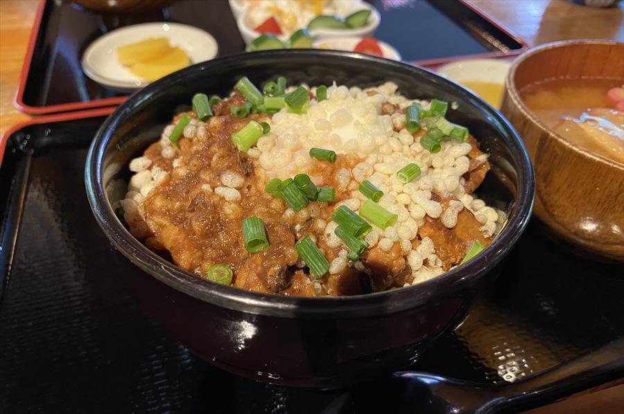 「豚玉丼セット」は中盛りで1,000円(税込)