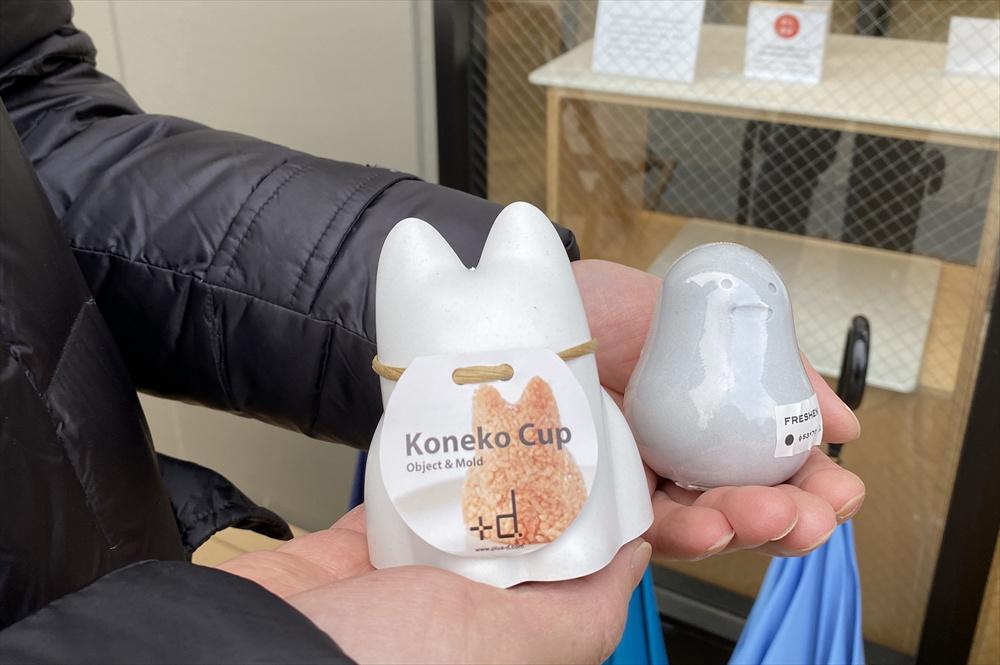 左:「コネコカップ」は1,700円(税別)、右:「フレッシェン」は1,000円(税別)