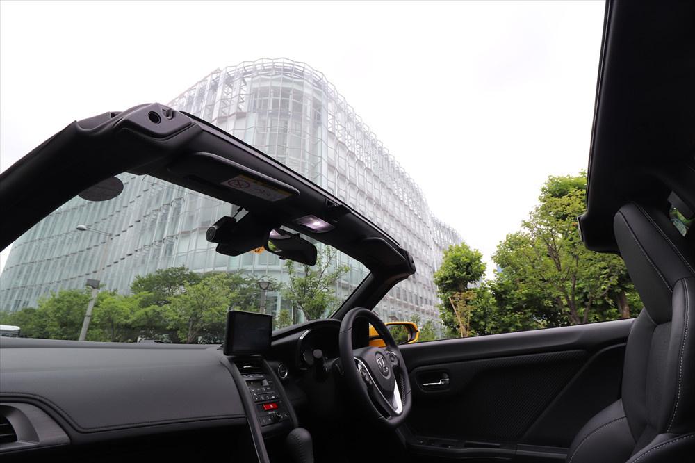 乗員の安全を確保するため、フロントガラスを支えるピラー(柱)は丈夫に設計されている