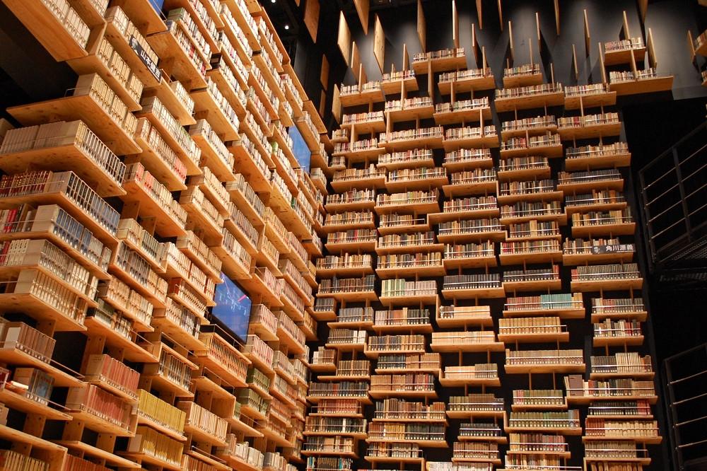 本棚の上段にある書籍は出し入れに時間がかかるため閲覧できない