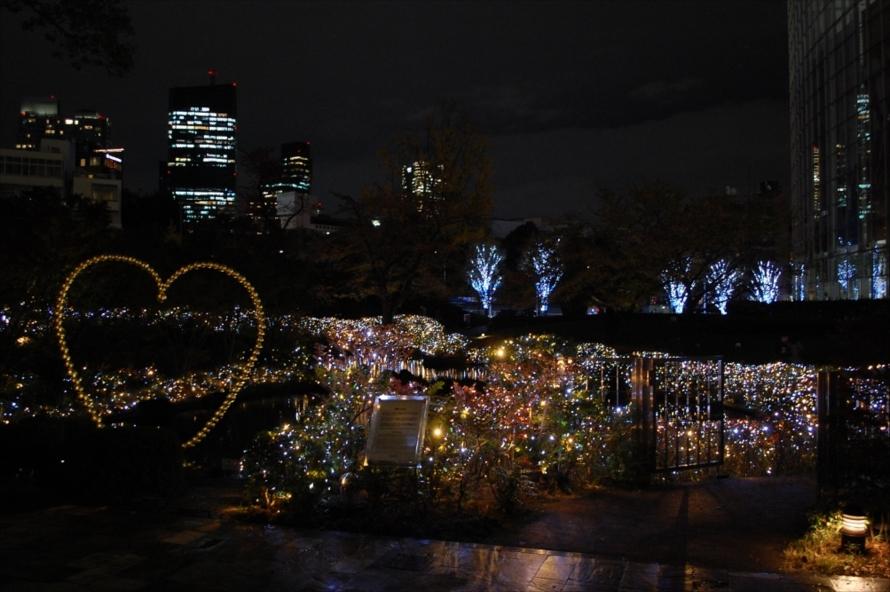 聖夜を灯すキャンドルと透き通る様な雪の煌めきを表現したという、毛利庭園のイルミネーション。こちらも12月25日(日)までの開催