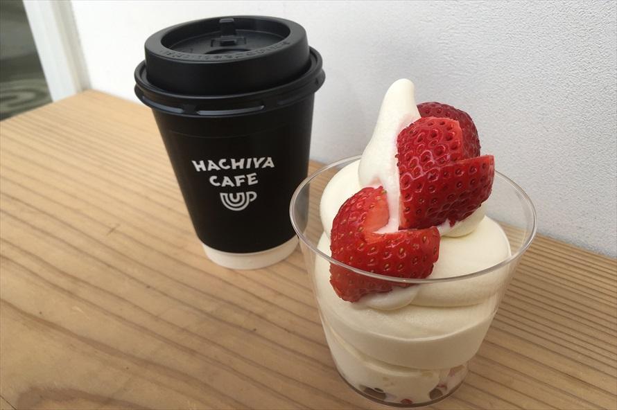 隣接する「はちやカフェ」で「はちやオリジナルブレンドコーヒー(450円)」と「季節のソフトクリーム日光産とちおとめ(650円)」を注文した