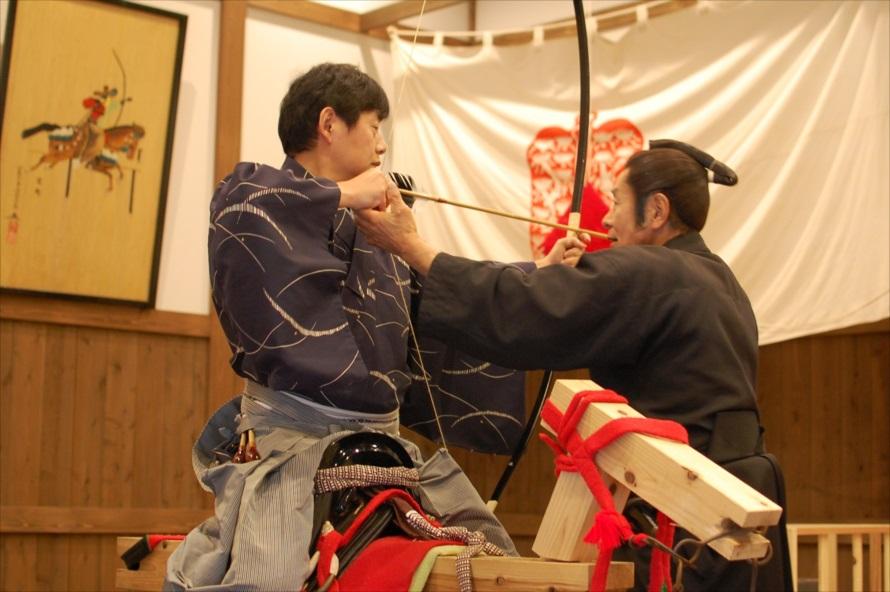 弓術も馬術も初めてだったが、指導により矢を的に当てるまでに上達できた