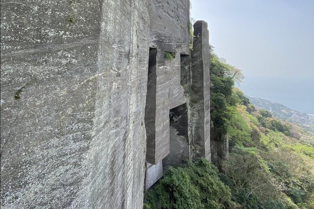 北口管理所から5分ほどの所にある石の壁は、いつの頃からか「ラピュタの壁」と呼ばれているそう