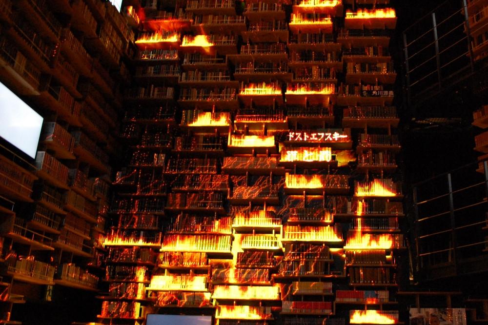 プロジェクションマッピングのひとコマ。本当に書籍が燃えているかのような光景