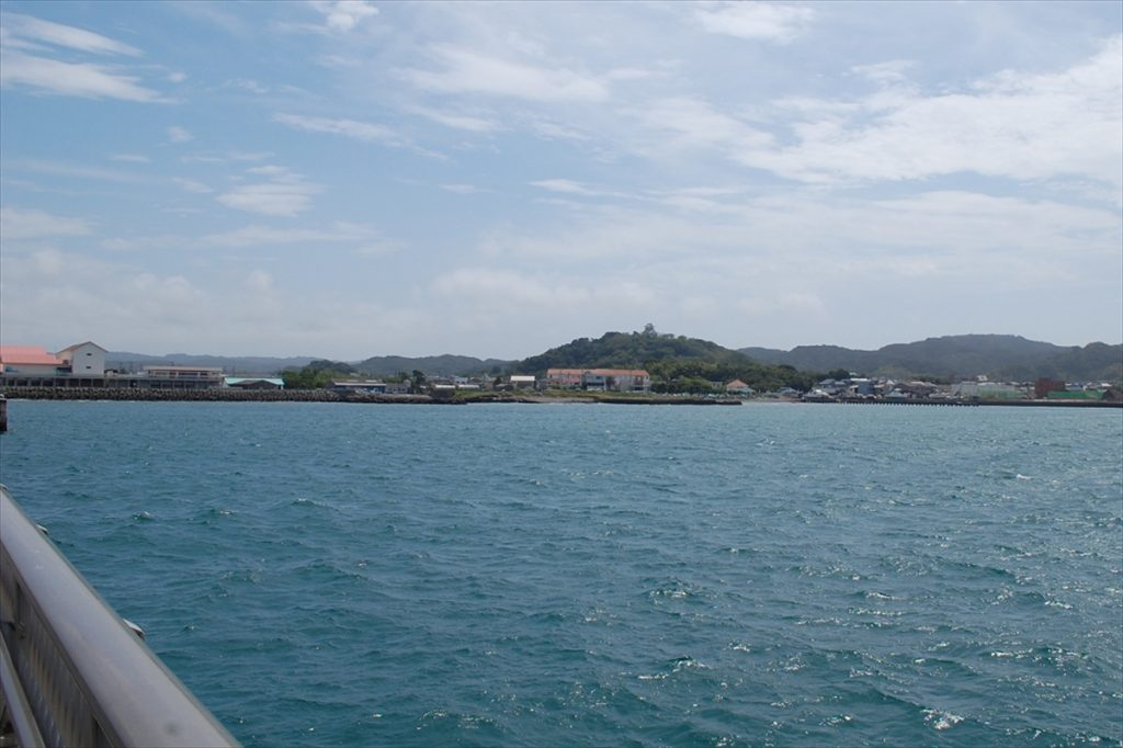 桟橋の先端からは、先ほど訪れた館山城が望める