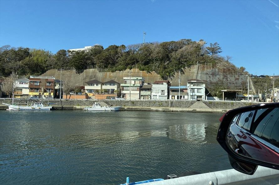 三崎漁港周辺は昔ながらの港町で道は入り組んでいる。間違えて入り込まないよう、落ち着いて運転しよう