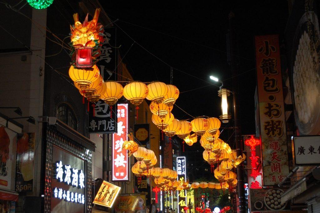 大通りの中ほどに掲げられた龍のオブジェ。龍は力と幸運をつかさどる特別な存在