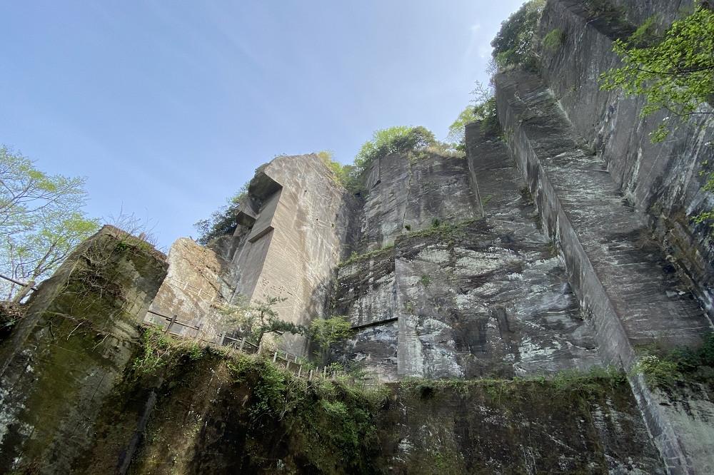 鋸山の名が示すよう、高く切り立った石肌にはノコギリの歯のような凹凸が並ぶ