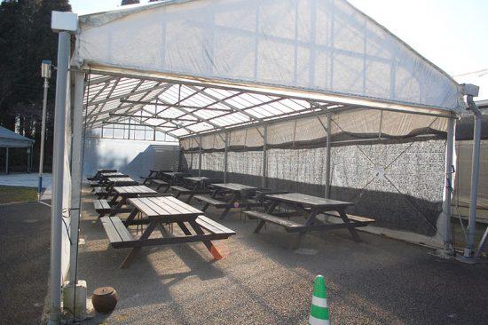 太陽の光を取り入れる造りの「バーベキューガーデン」。真冬でも晴れていれば、ガーデン内は暖かくなります
