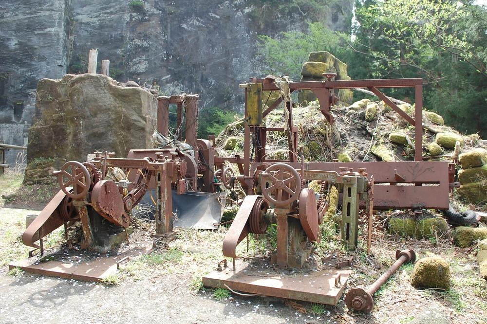 もう動くことのない機材が、長く採石された歴史を物語っている