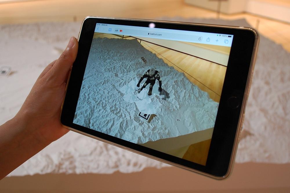 「武蔵野ギャラリー」のフロア中程に展示される武蔵野台地の3Dマップ。ARにより「ダイダラボッチ」が登場