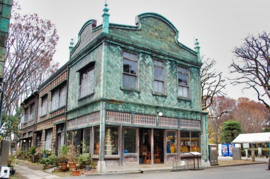 銅板で作られた壁の模様が印象的な「丸二商店」