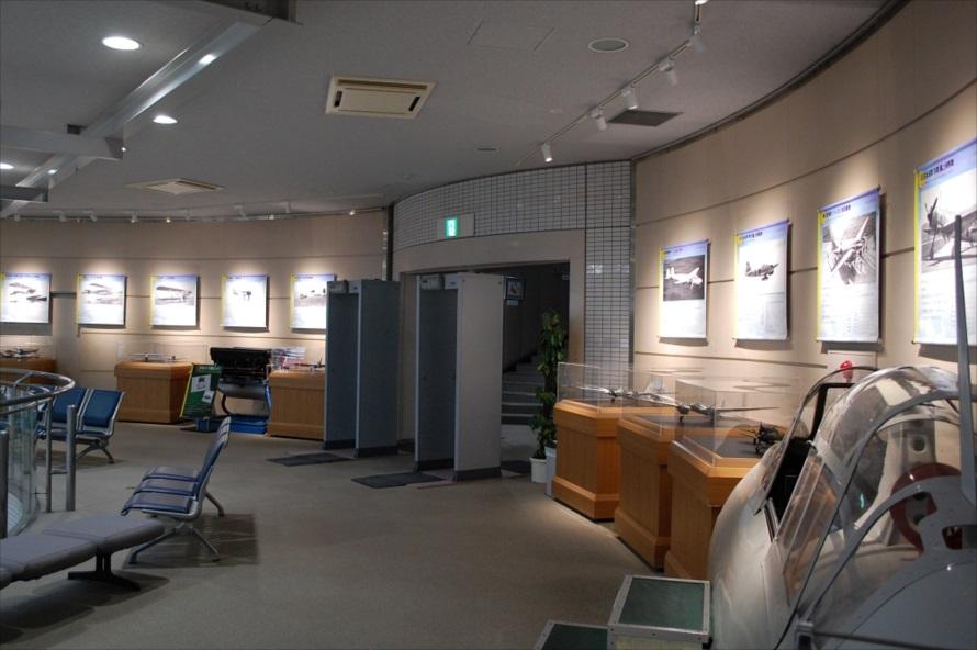 ファースト、ビジネス、エコノミーと、様々なクラスシートが展示されている