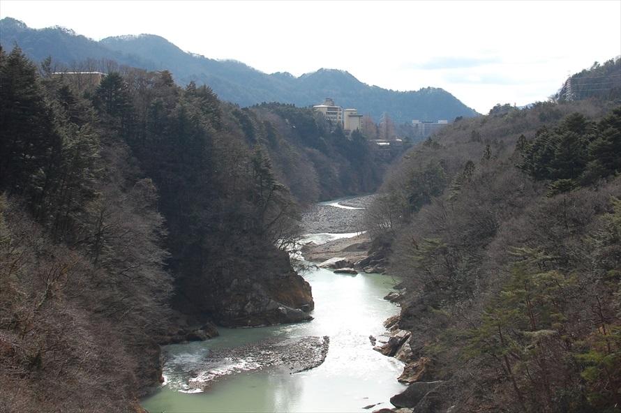 吊り橋の中程には、眺望を楽しむための広いエリアが用意されている