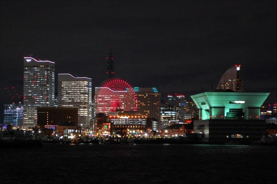 「大さん橋ふとうビル」や「横浜赤レンガ倉庫」、「みなとみらい」といった横浜市中区にある臨海施設が一望できる