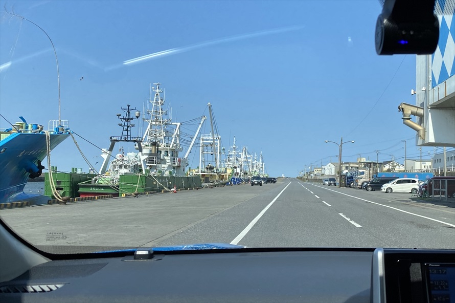 漁港近くの道は、船着場のすぐ近くを通っている。珍しい光景だが、注意して走行しよう