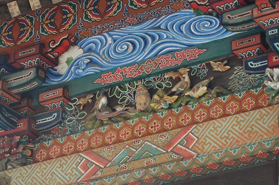 中央の彫り物が「北辰の梟」。小さく、また目立たない色合いをしているので、意識して見つけよう