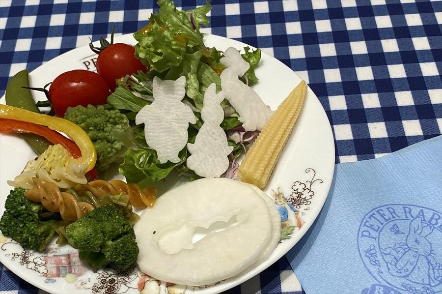 ブッフェはサラダからパスタ、肉料理、スイーツ、フルーツと、幅広い料理が用意されている