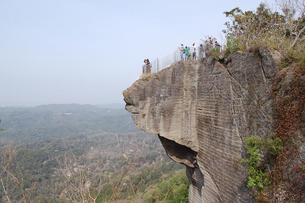 山頂展望台から見た「地獄のぞき」。採石が行われていた当時、石切職人の気まぐれで造られたそう