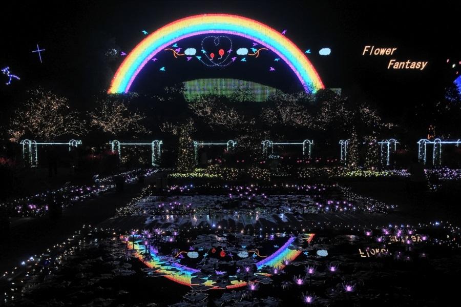 水面にイルミネーションの虹が映り込む「レインボーマジック」