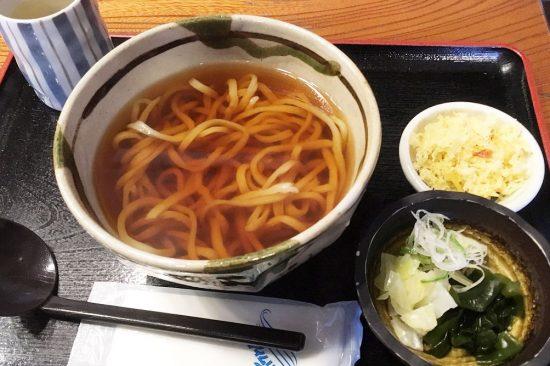 「蔵」の武蔵野うどんは、独特なそば粉の風味ともちもちした食感が特徴(画像は天かすをトッピング)