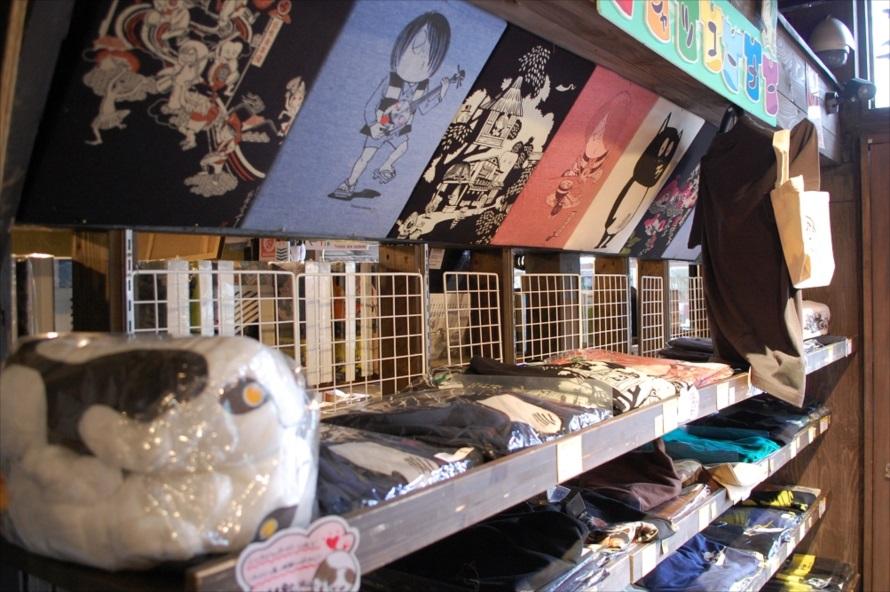 妖怪ショップではお菓子や雑貨、文房具などのオリジナルグッズが購入できる