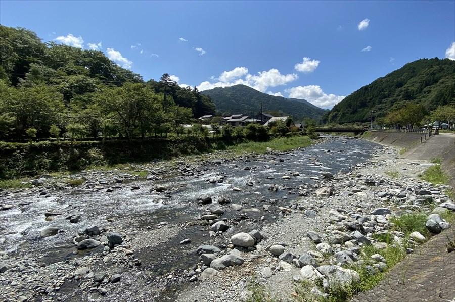 「道の駅どうし」の裏手には道志川が流れ、春には川沿いの桜が満開になる