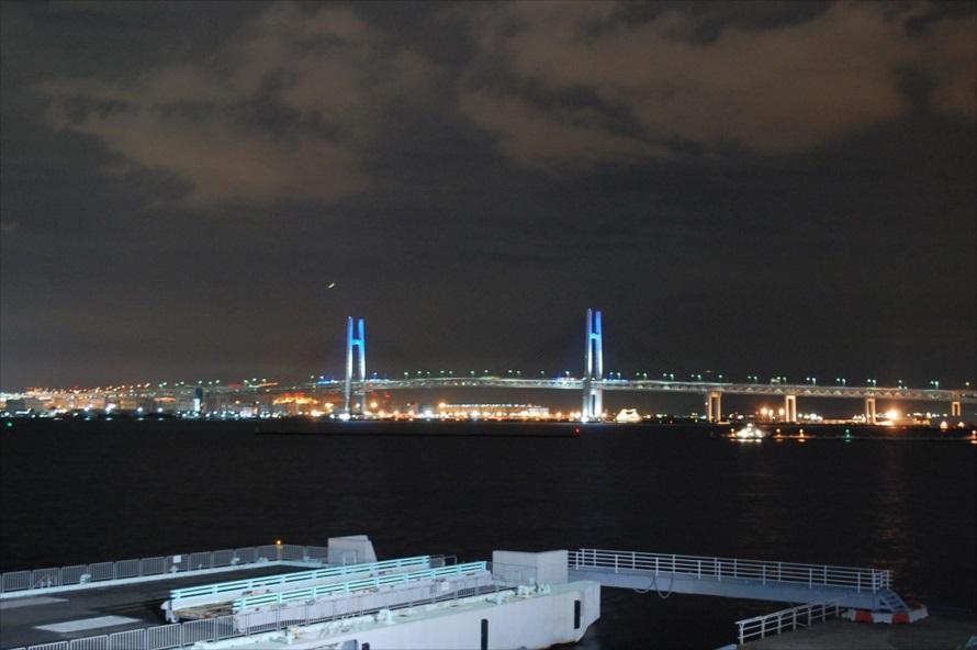 屋上広場から海を正面にして右側には、横浜ベイブリッジの全景が広がる