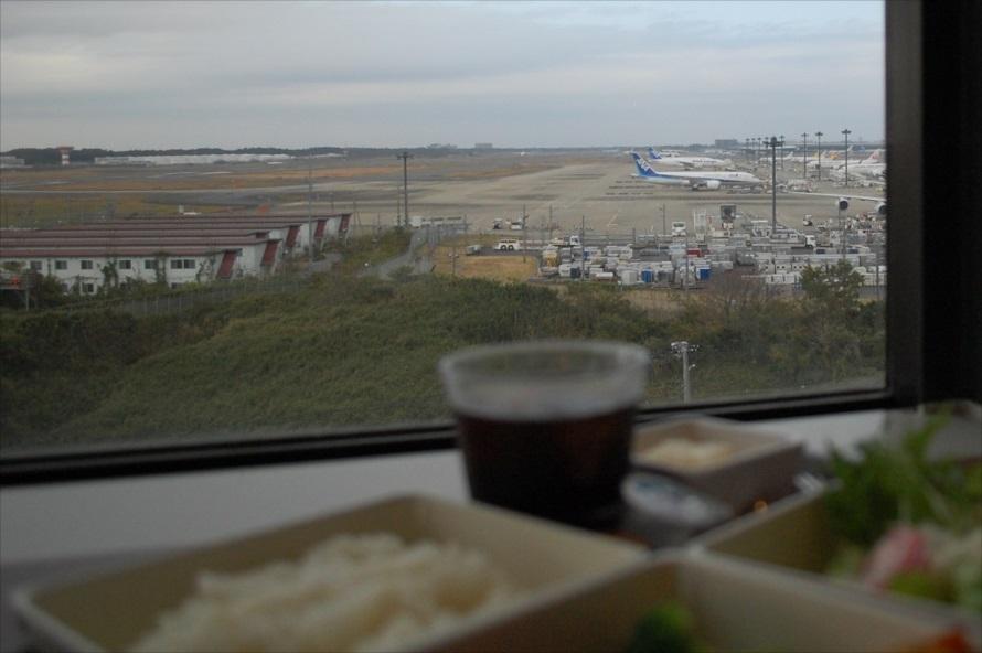広範囲に外周を見回せるよう席が作られている。もちろん成田空港側は人気席