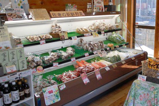 地元産野菜のほか、冷蔵庫には豚肉や牛肉が用意されています