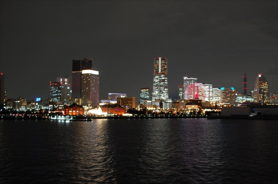屋上広場から海を正面にして左側。手前に赤レンガ倉庫、奥にみなとみらいの街並みが見える