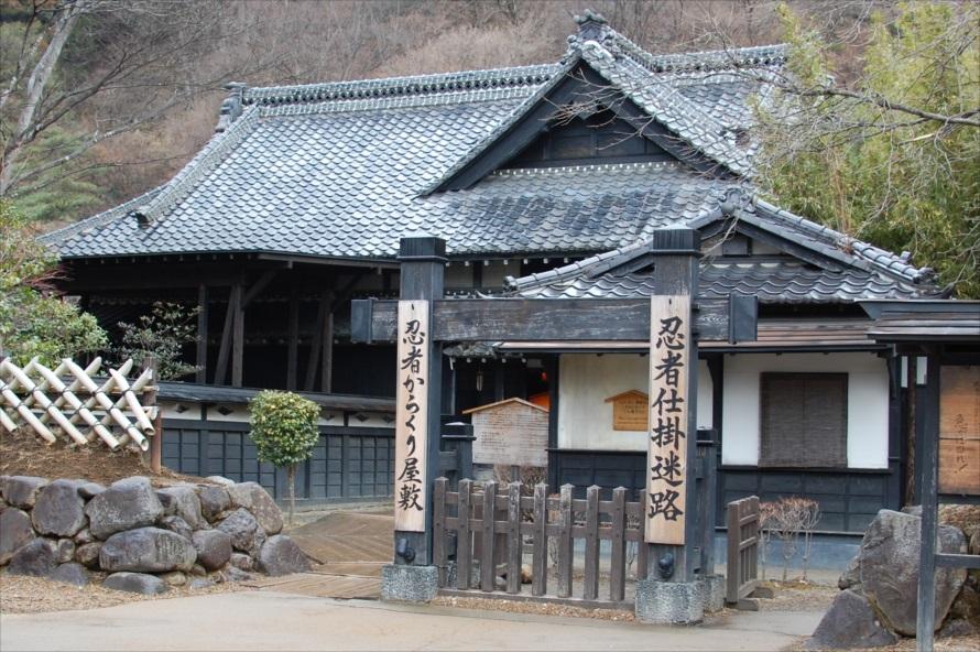 「忍者からくり屋敷」と「忍者仕掛迷路」では、忍者が屋敷の案内と説明を行ってくれる