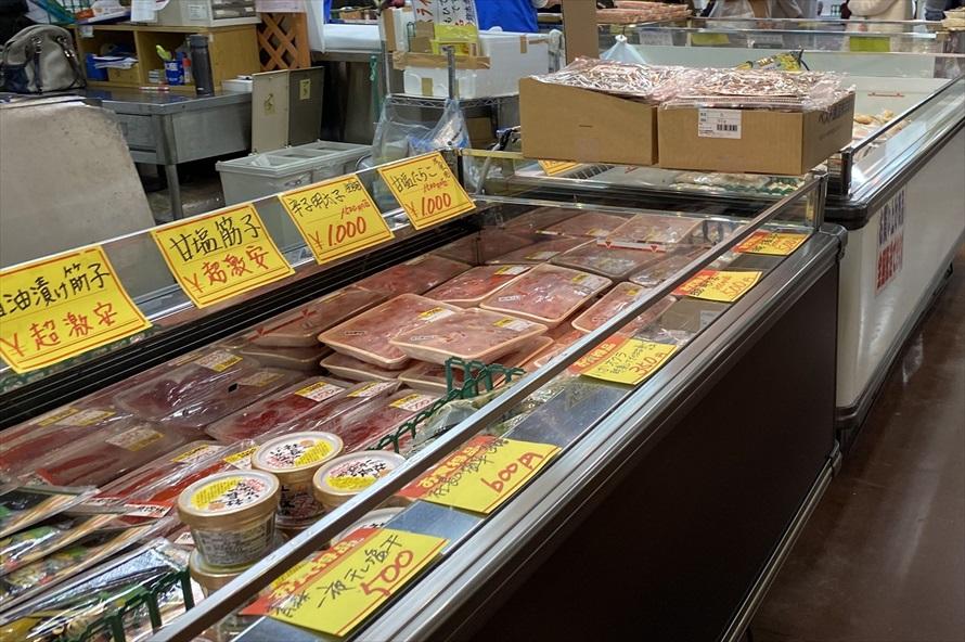 「さかな館」では鮮魚のほか、干物などの加工品も充実