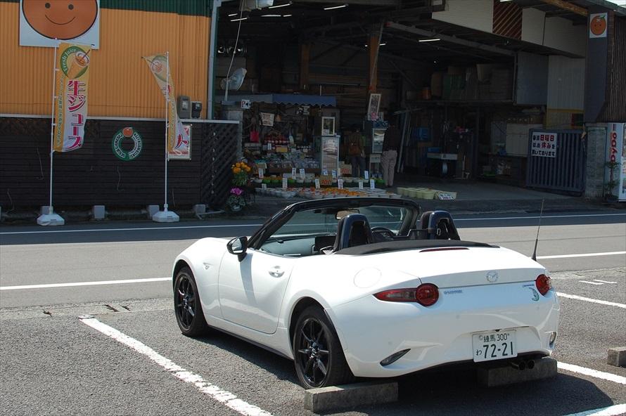 駐車場は店の正面にある。道は一方通行なので注意
